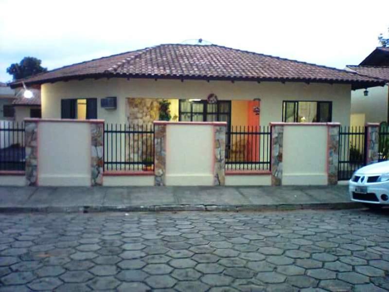 Casa no centro de Piçarras apenas 300mts do Mar!!