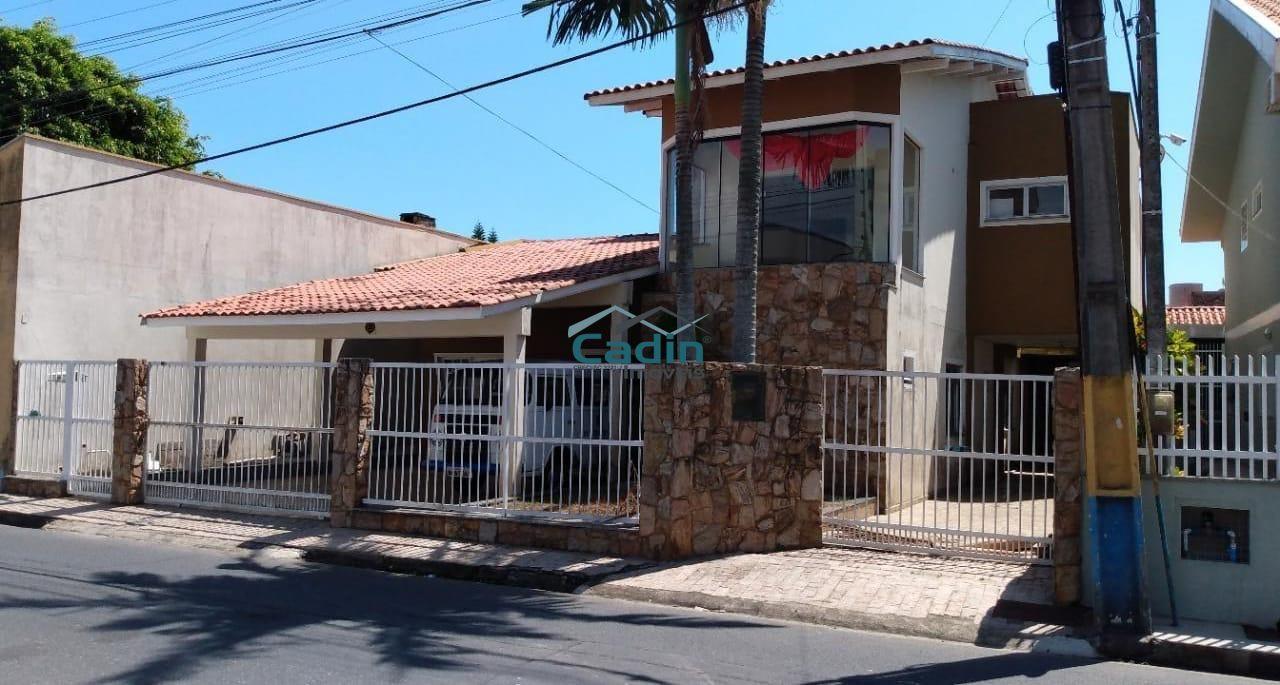 Casa com 5 dormitórios na quadra mar no Centro