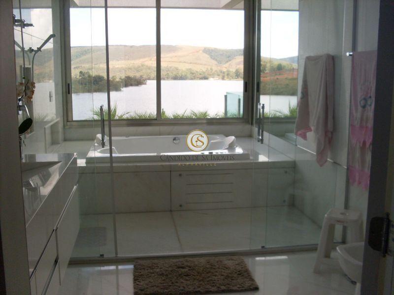 Banheiro casal com banheira e vista