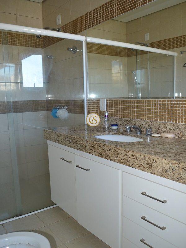 Banheiro com bancada em granito, armários e box - 2117