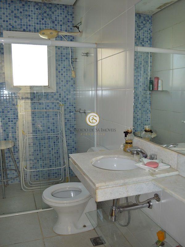 Banheiro com bancada, box e espelho - 2117