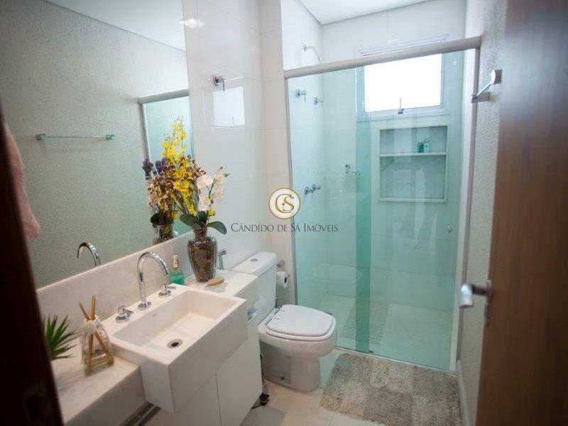 Banheiro social com armários, box e espelho - 2995