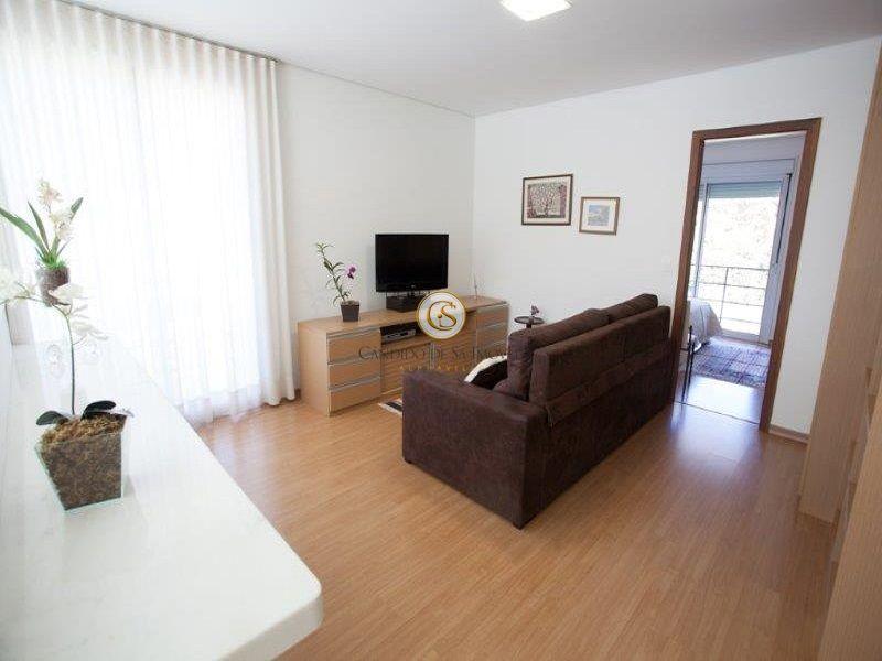 Sala de TV com piso laminado em madeira  - 29951