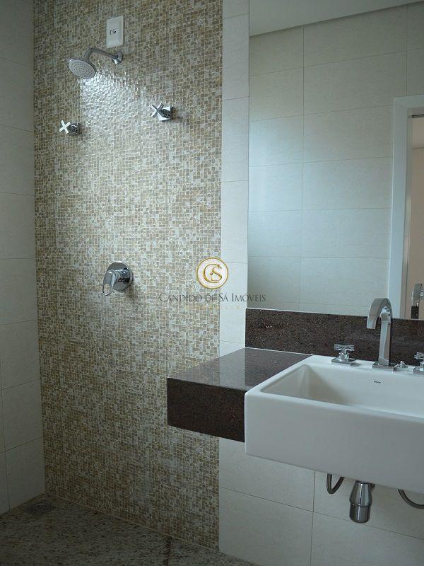 Banheiro com bancada em granito e uma parede com ladrilhos - 3339