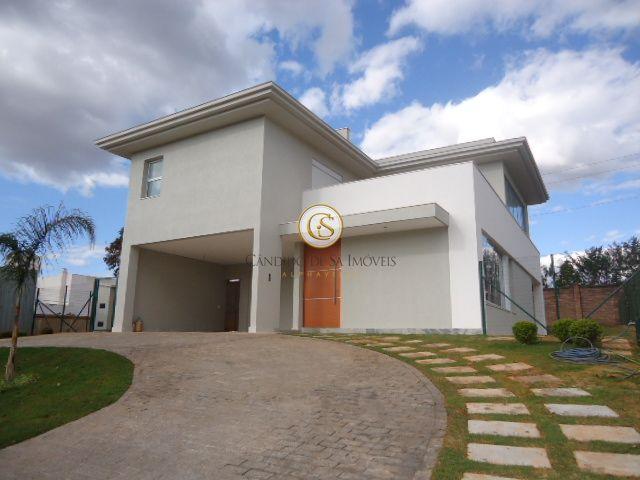 Casa Alphaville fachada texturizada, com garagem coberta e descoberta e jardim