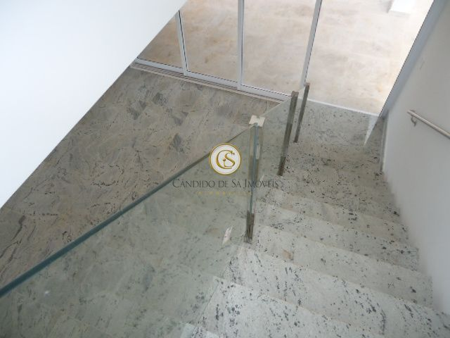 Escada em granito, corrimão dos dois lados e vidro temperado para proteção