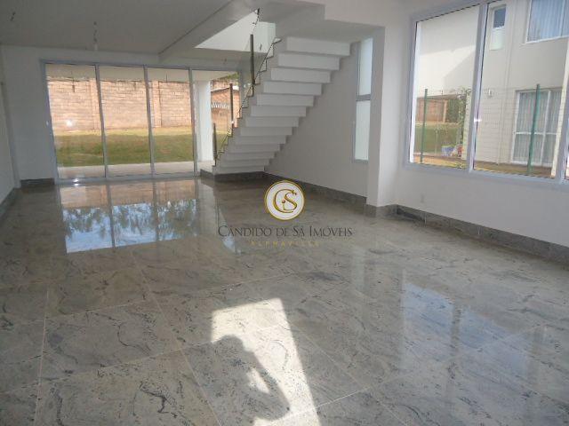 Ampa sala com piso em mármore e porta de correr