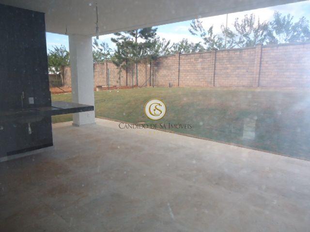 Área externa com bancada em granito, e espaço verde