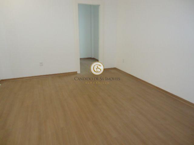 Quarto suíte com piso e rodapé de madeira