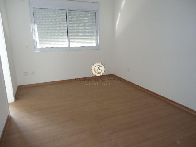 Quarto com piso de madeira e persiana automática