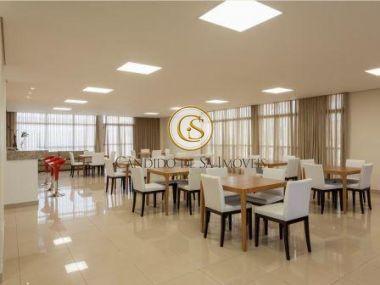 Salão de festa com cozinha, banheiros, bancada em granito e mesas - 38513