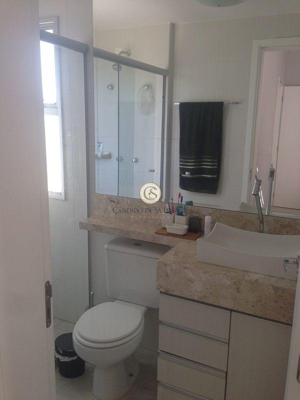 Banheiro com bancada em mármore, armários e box - 6308