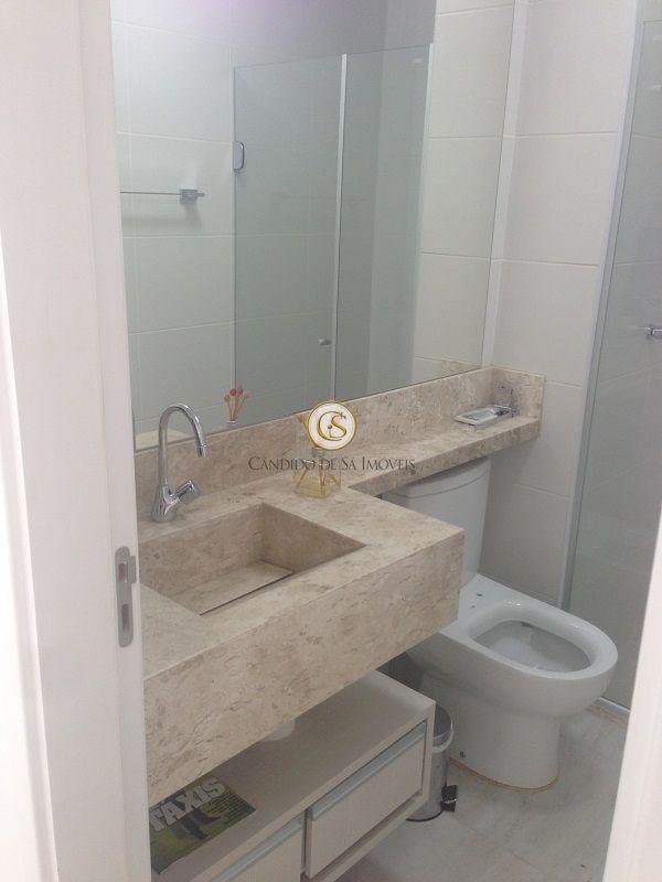 Banheiro social com bancada em mármore, espelho, armário e box - 6308