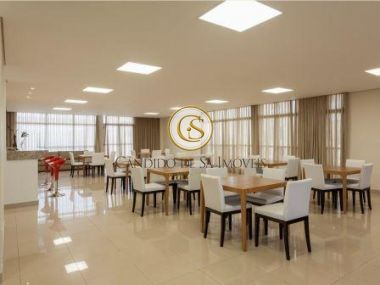 Salão de festa com mesas, banheiro, cozinha e piso porcelanato - 6308
