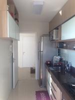 Cozinha com armários embutidos e no teto, bancada granito e fogão embutido - 6308